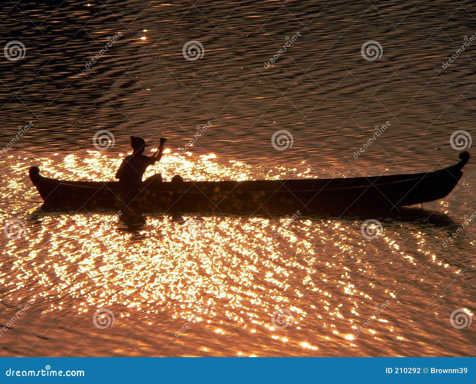 Fiume di Irrawaddy del Canoeist di tramonto