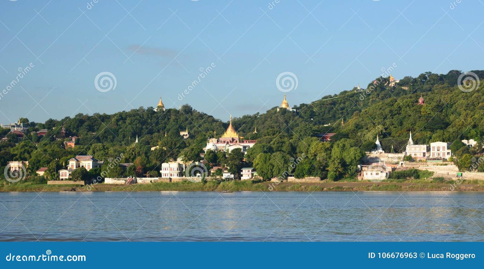Fiume di Irrawaddy e collina di Sagaing myanmar