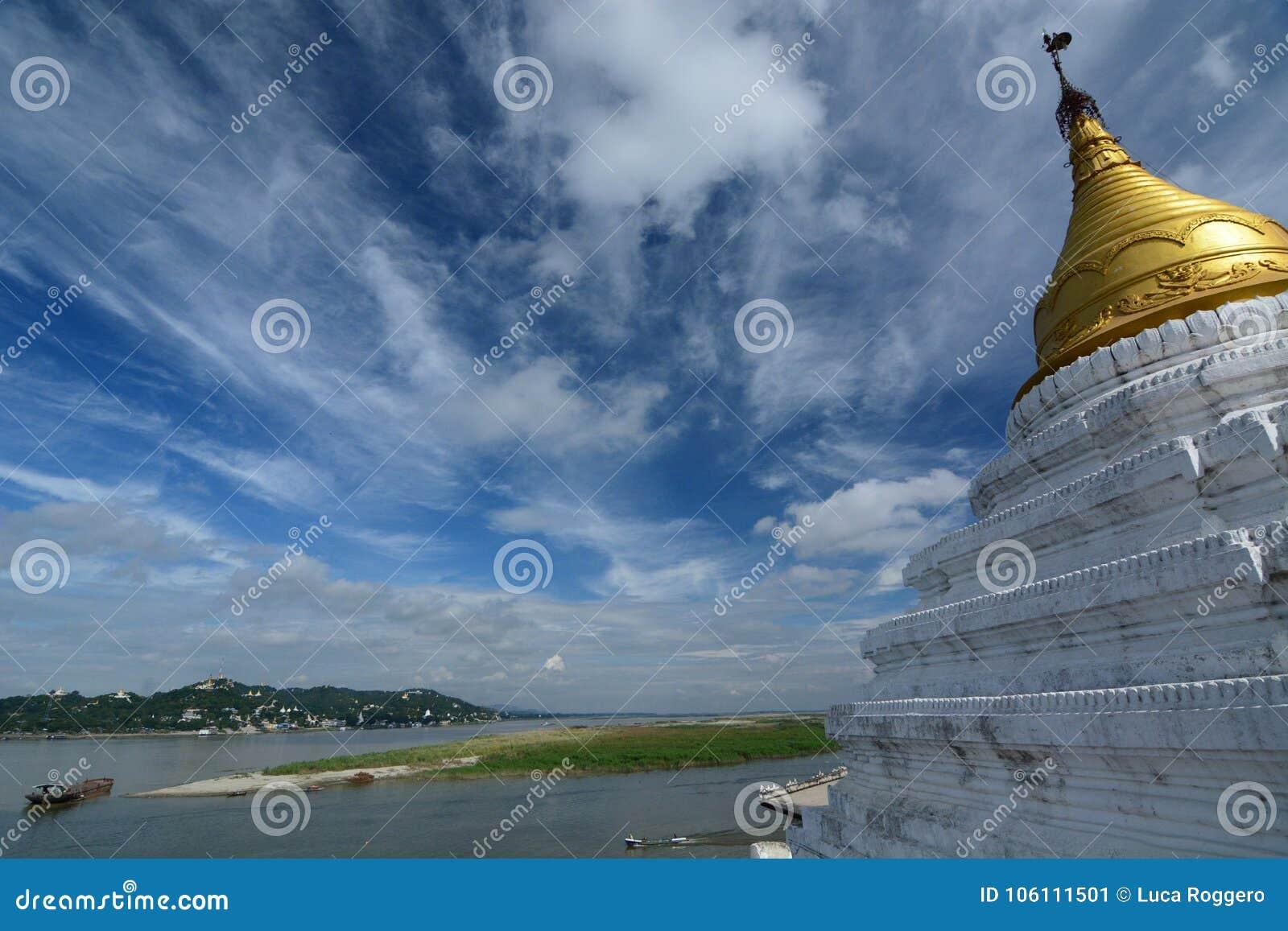 Fiume di Irrawaddy e vista della collina di Sagaing dalla pagoda di Shwe-kyet-kya mandalay myanmar