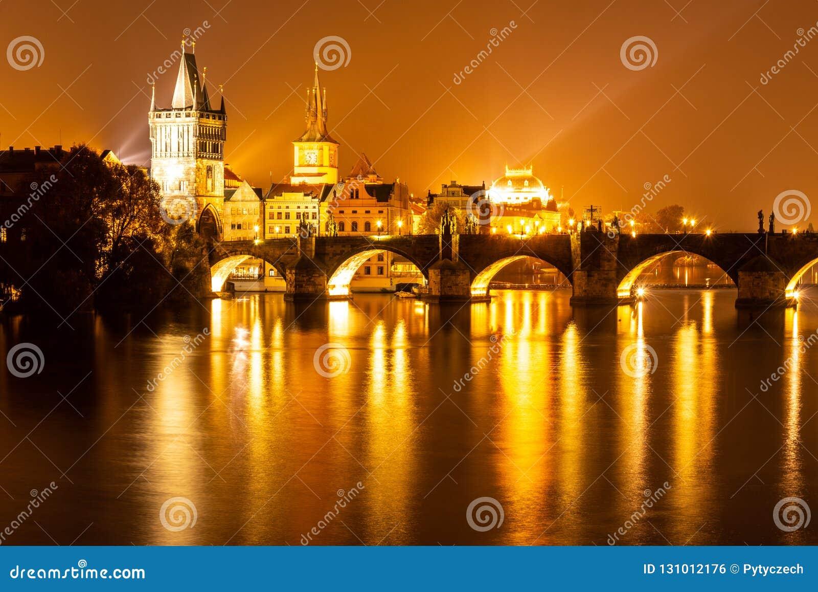 Fiume e Charles Bridge della Moldava con la torre del ponte di Città Vecchia di notte, Praga, Cechia Luogo del patrimonio mondial