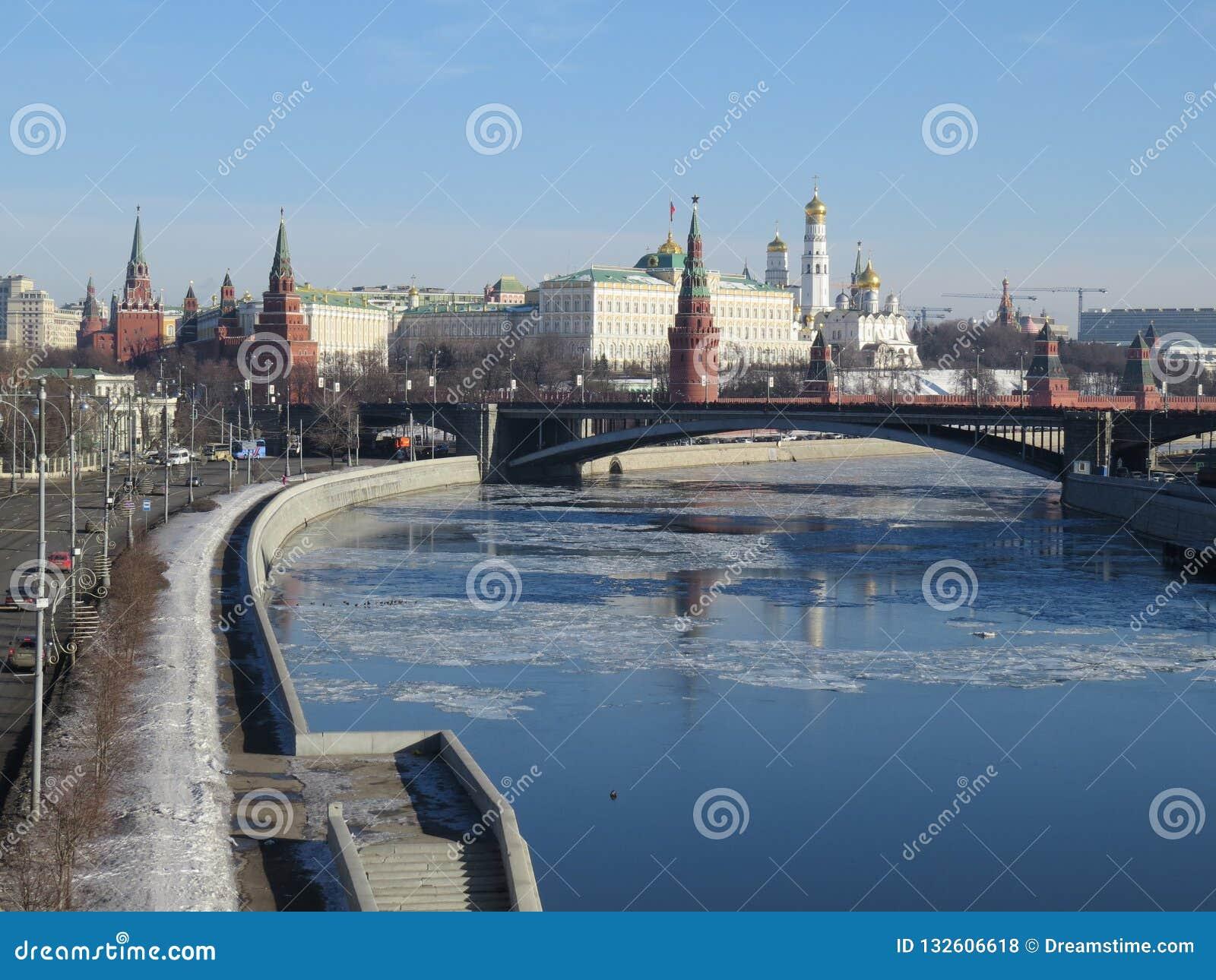 Fiume illuminato di Cremlino di Mosca e di Mosca nella mattina di inverno Cielo rosato e dorato con le nuvole La Russia