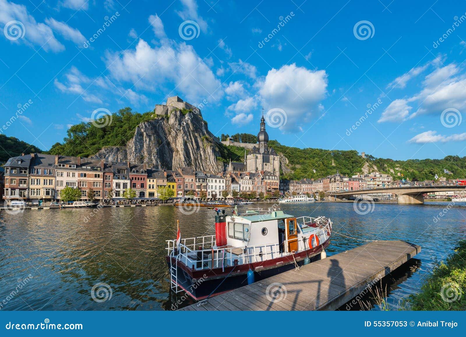 Fiume Meuse che passa attraverso Dinant, Belgio