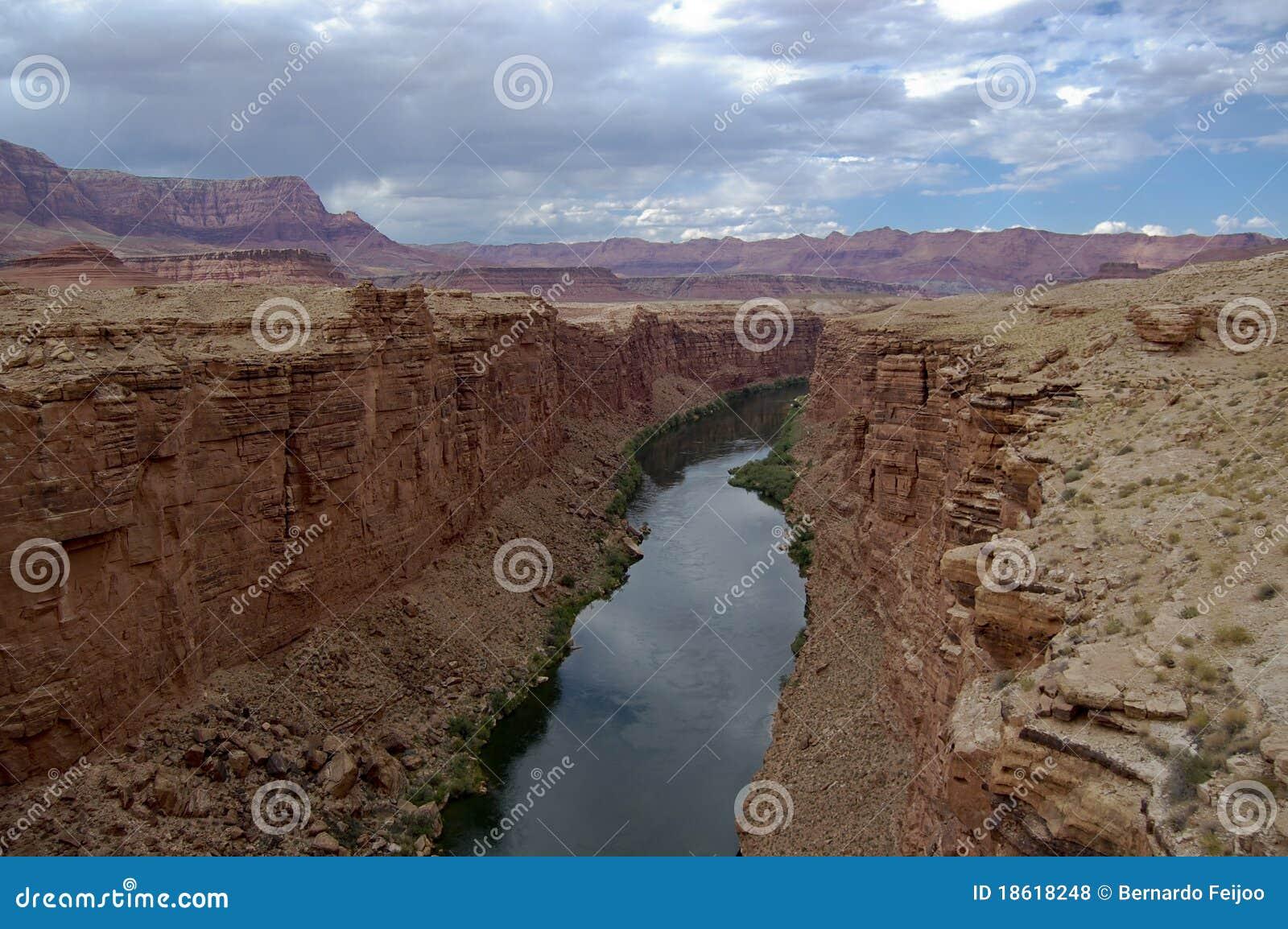 Il fiume stretto vicino alla zona del grande canyon, circondata dallo