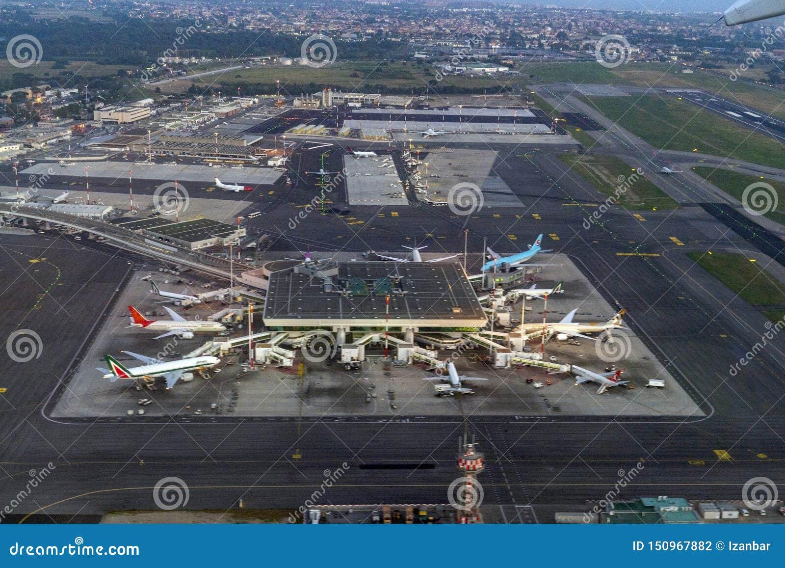 FIUMICINO, ИТАЛИЯ - 16-ОЕ ИЮНЯ 2019 - вид с воздуха международного аэропорта Рима