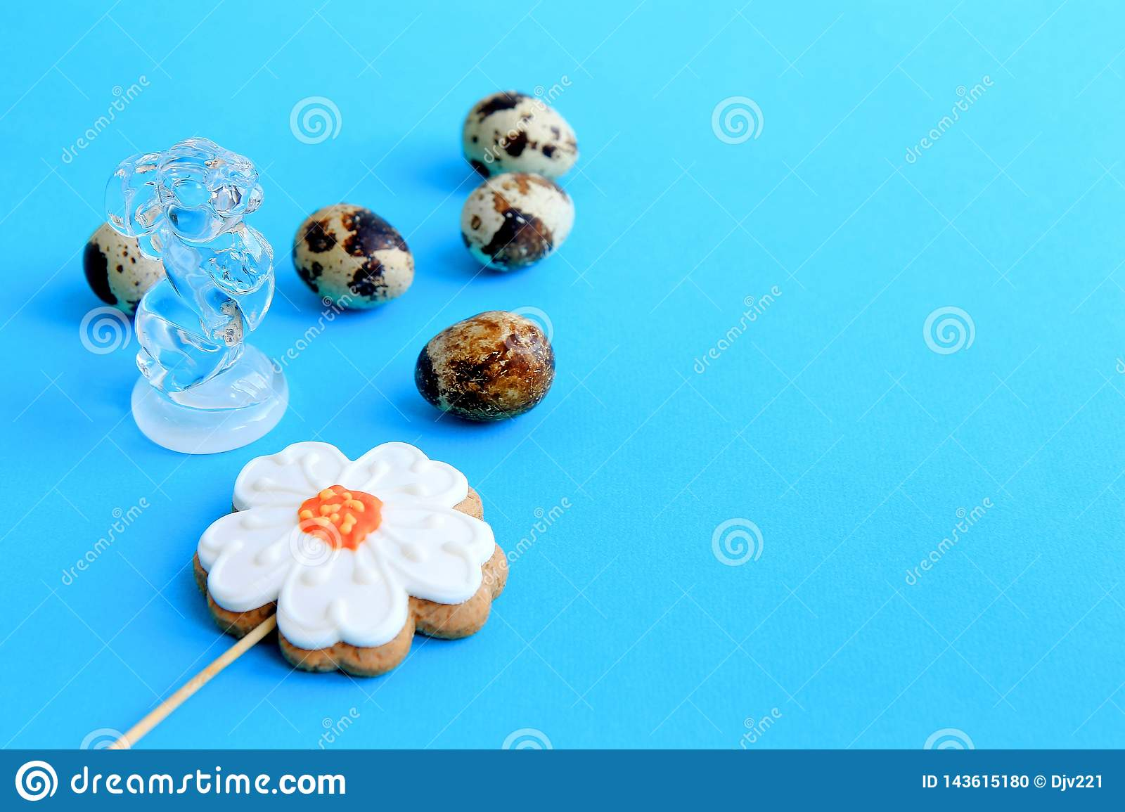 Five speckled quail eggs, a gingerbread in the shape of a flower and a rabbit figurine