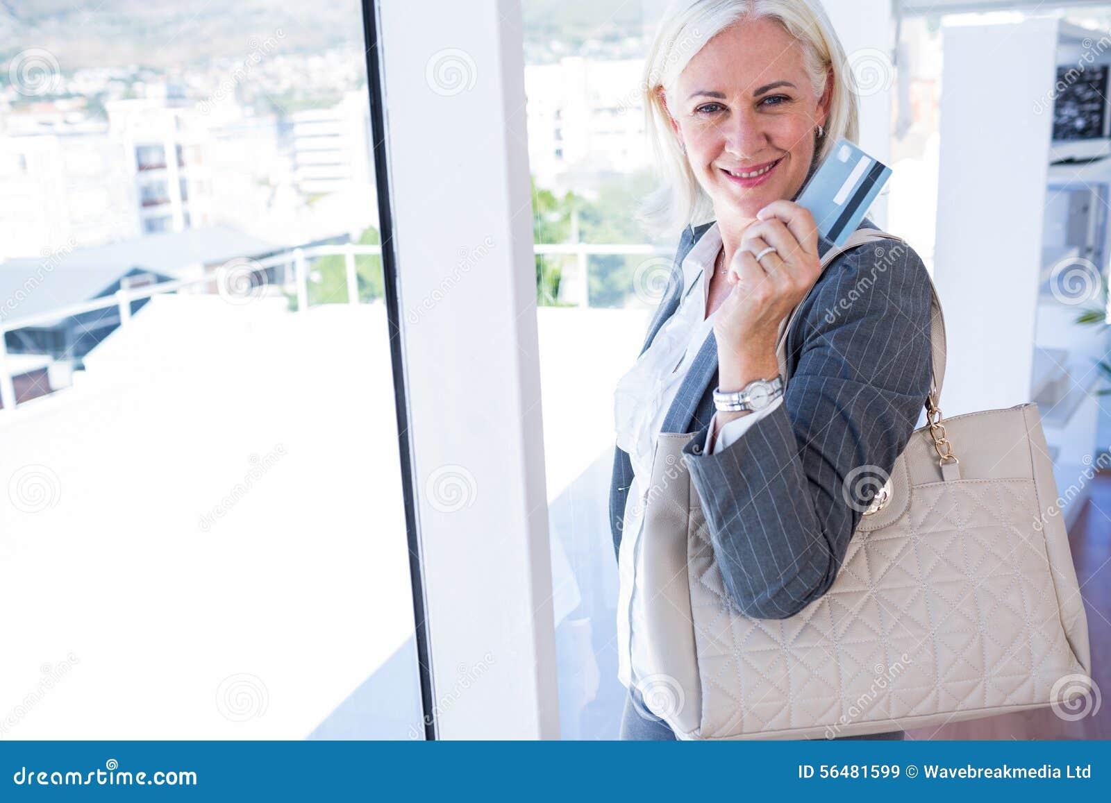 Fixation heureuse de femme d affaires par la carte de crédit