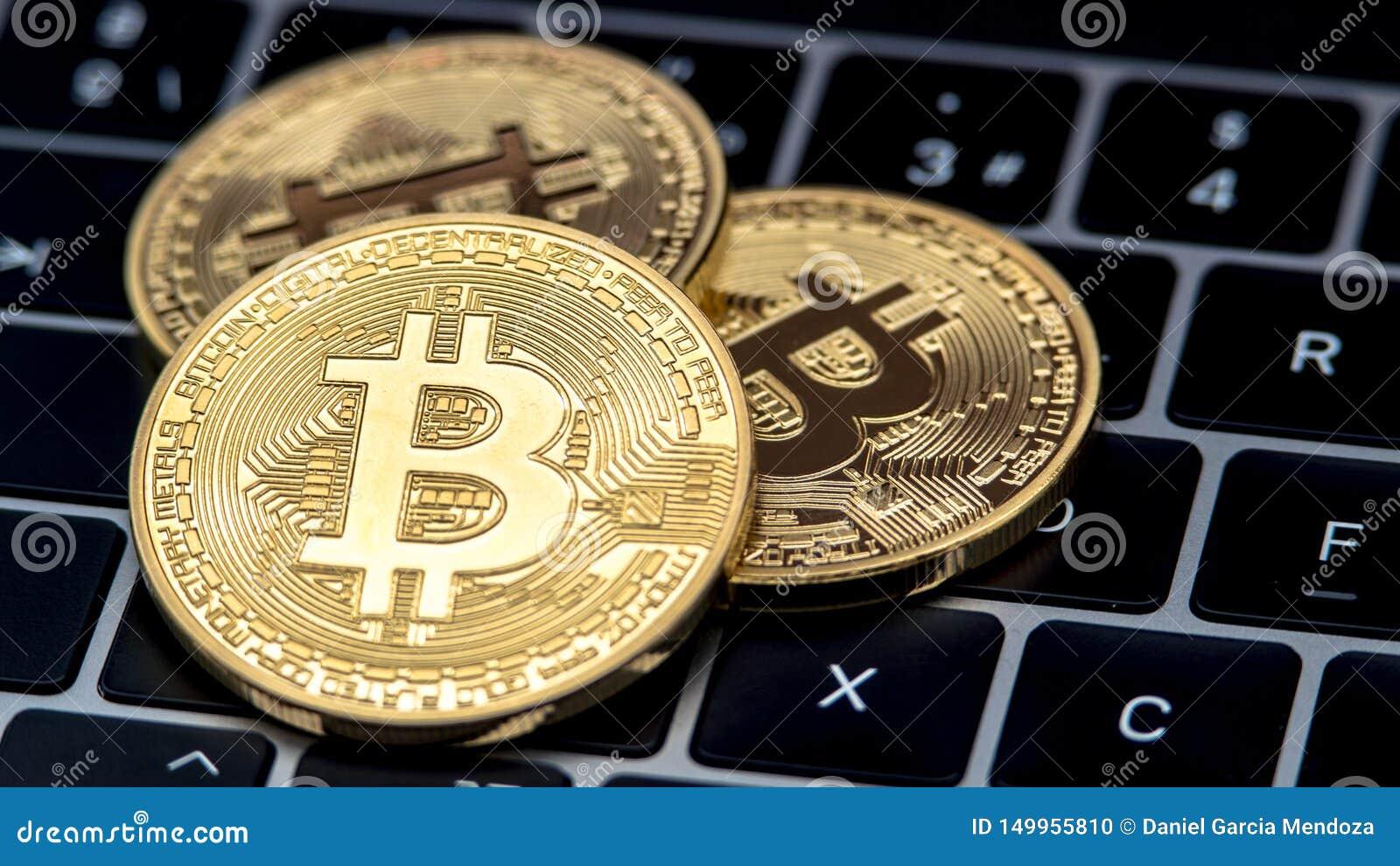 Fizycznego metalu Bitcoin złota waluta na notebook klawiaturze btc