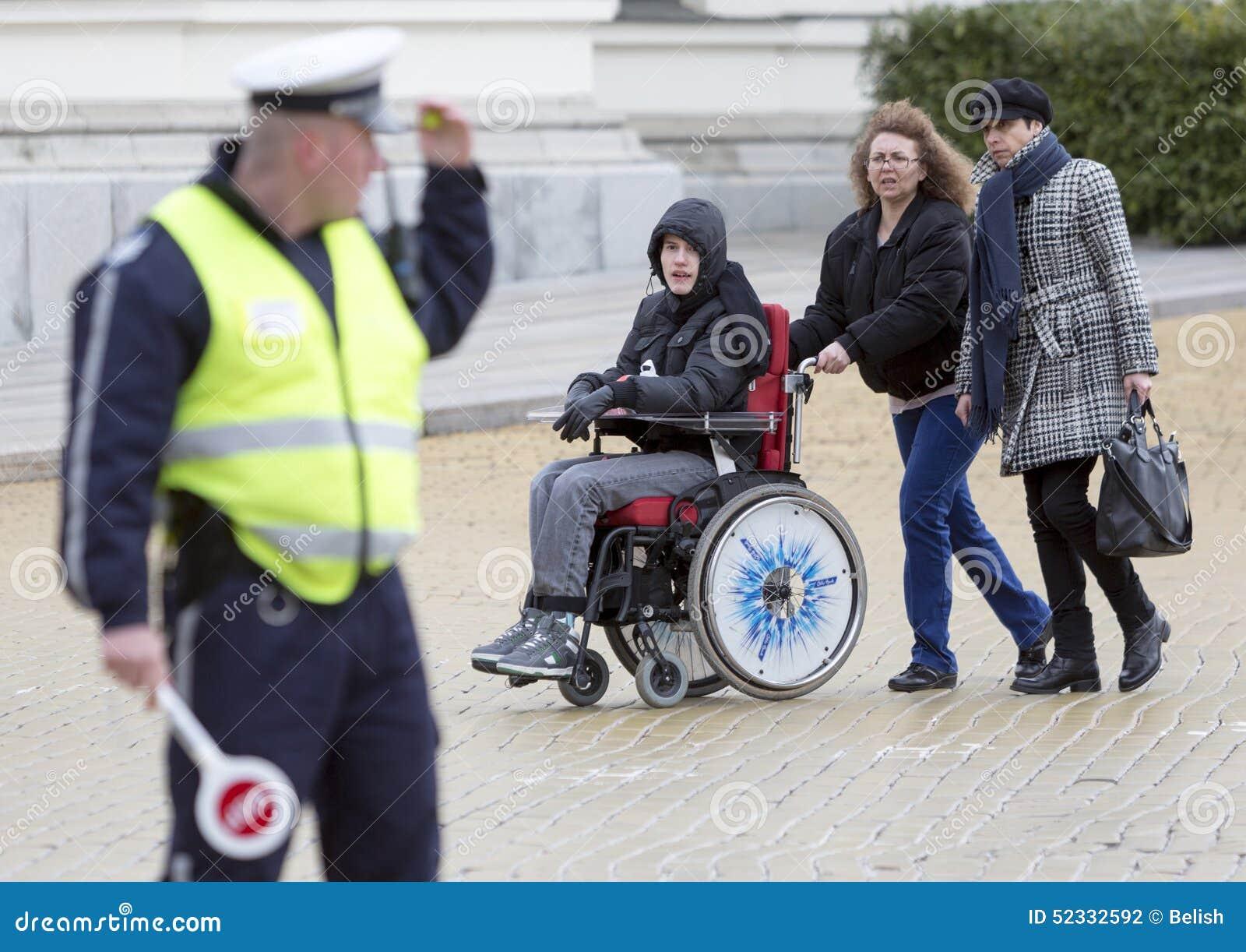 Fizyczni nadszarpnięć ludzie protestują (Niepełnosprawni)
