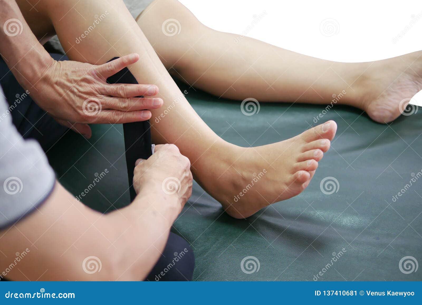 Fizyczni terapeuci używają metodę nagrywa zmniejszać ból i ulepszać ruchliwość kinesiology w pacjent nogi mięśniach