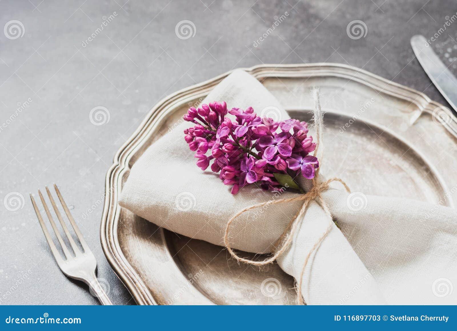 Fjädra den eleganta tabellställeinställningen med den violetta lilan, bestick på tappningtabellen close upp