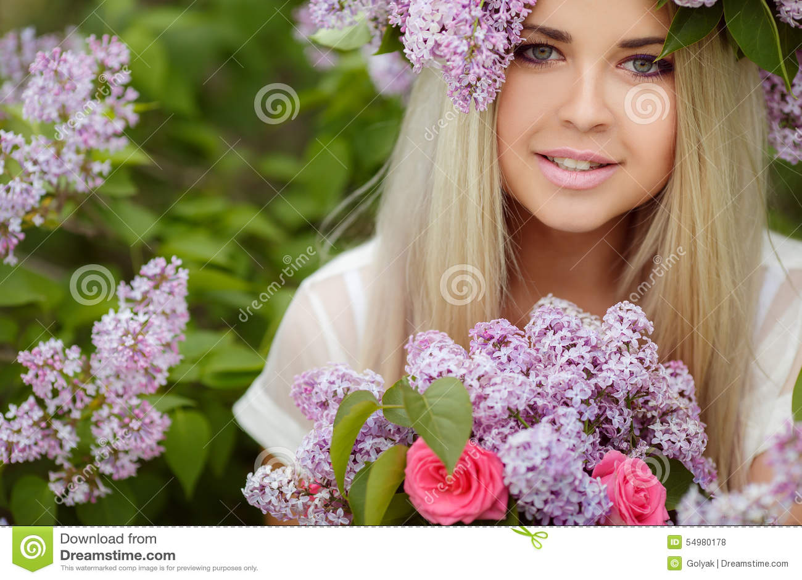 Fjädra ståenden av en härlig flicka med lilan
