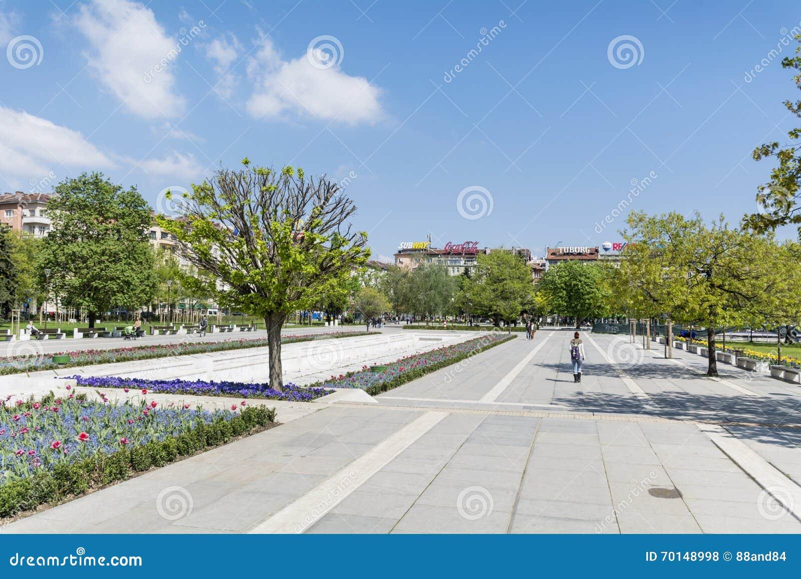 Fjädra trädgården med tulpan som är främsta av den nationella slotten av kultur, Sofia, Bulgarien