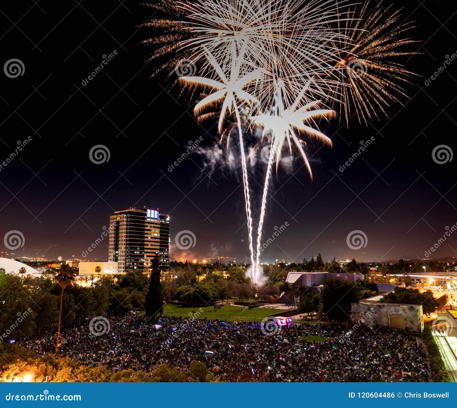 Fjärdedel av Juli berömfyrverkerier över i stadens centrum San Jose