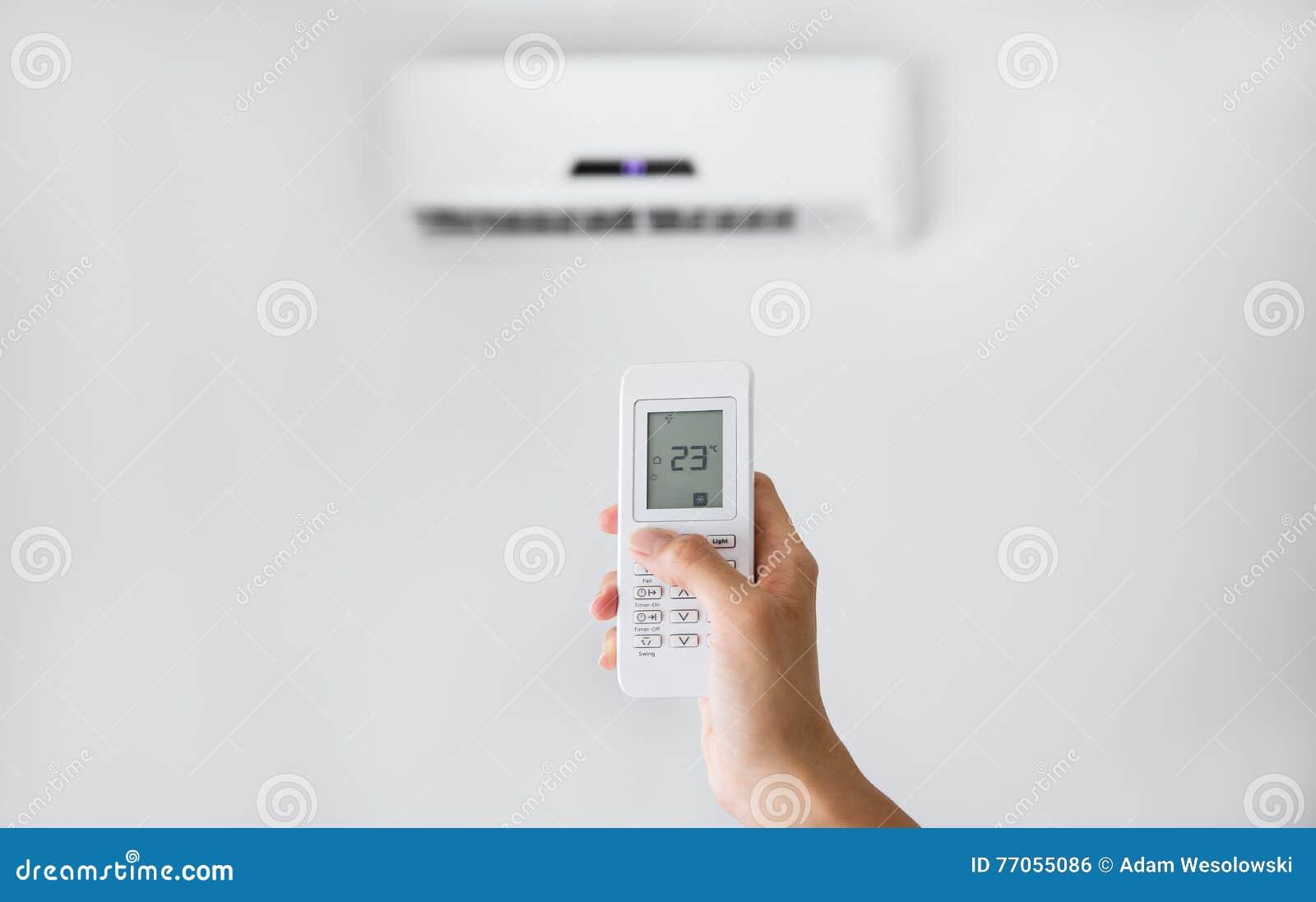 Fjärrkontroll för luftkonditioneringsapparat på en vit vägg
