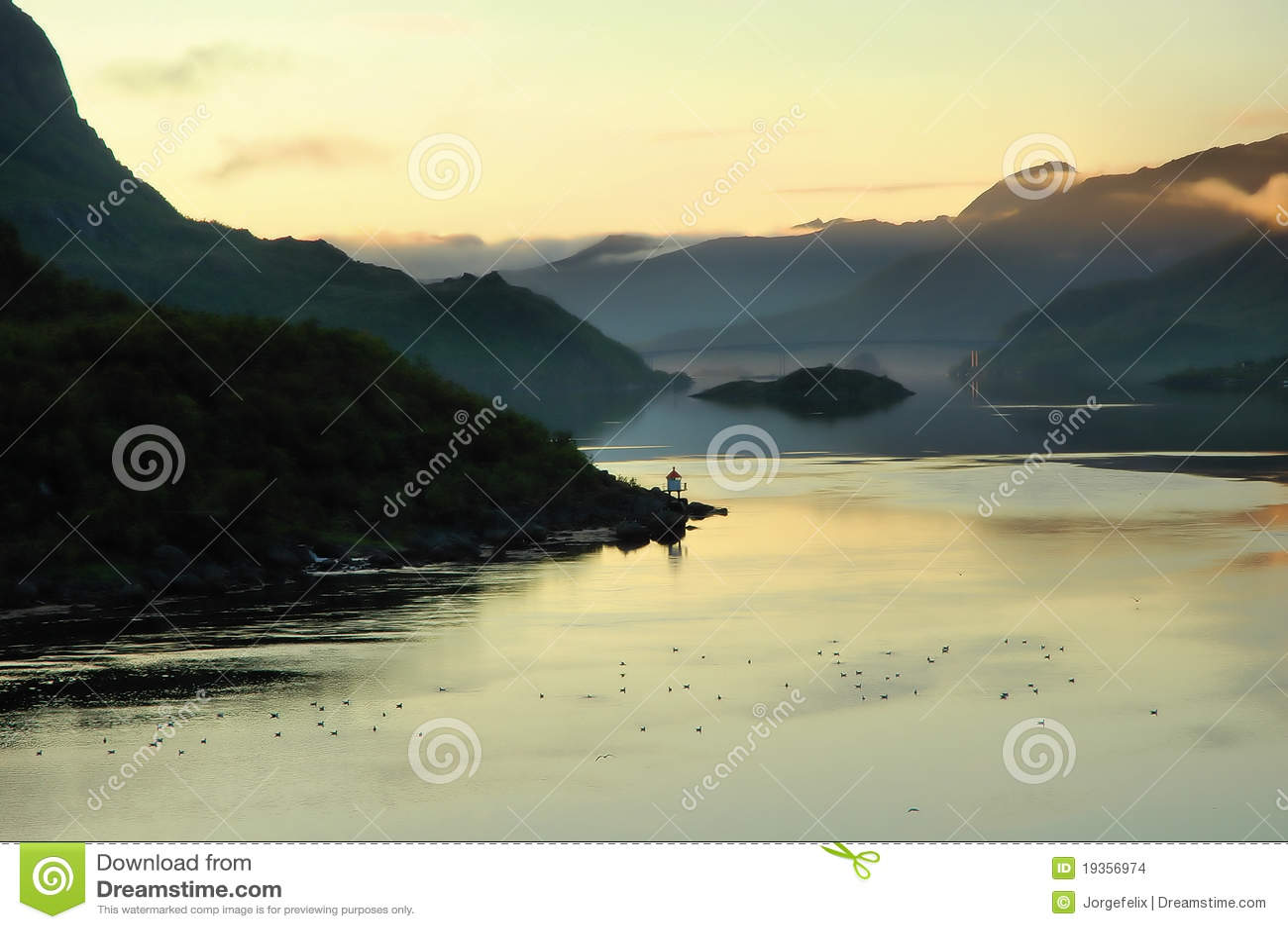 Fjord estreito com margens montanhosas sob o mornin