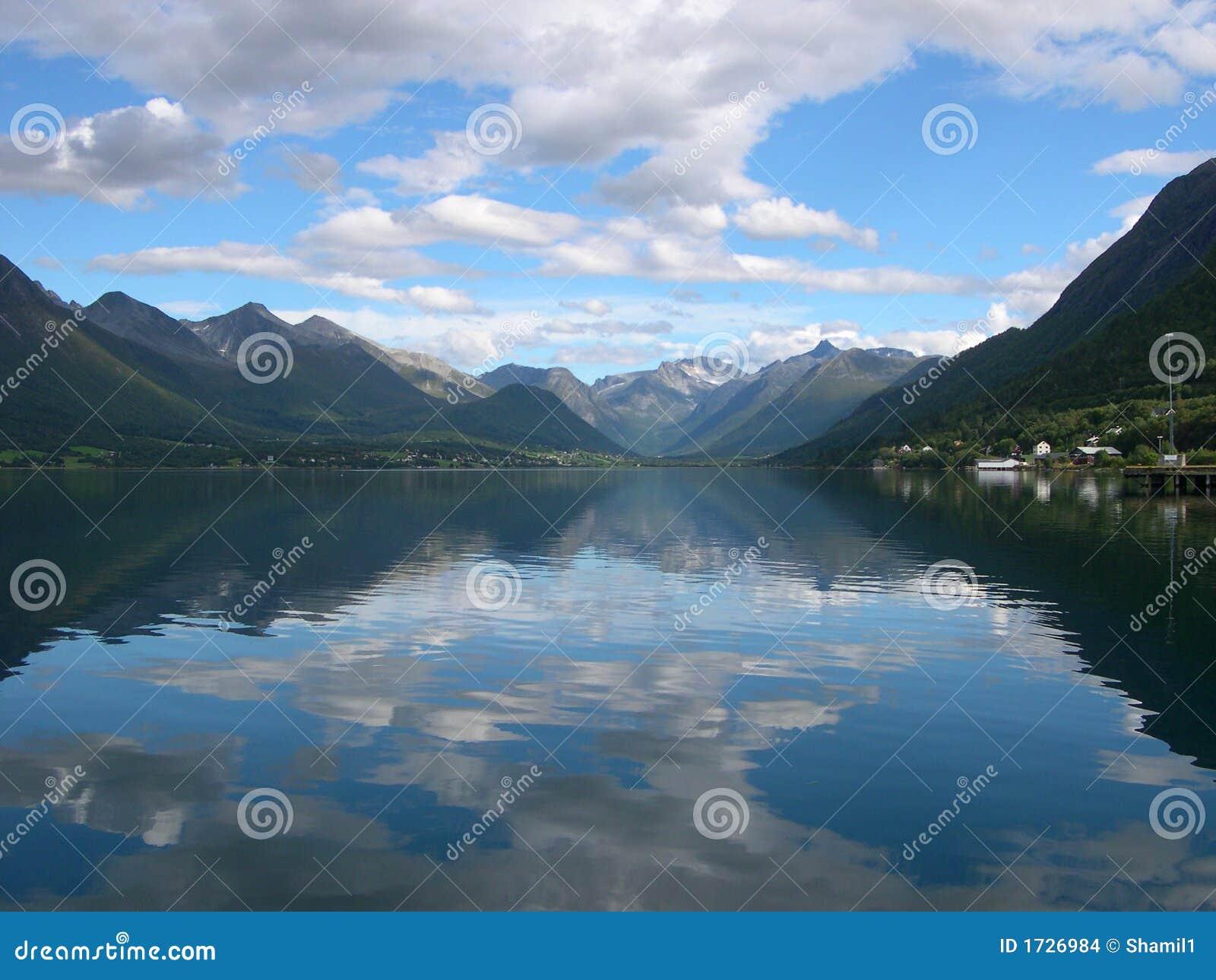 Fjorden dichtbij Andlsnes, Noorwegen