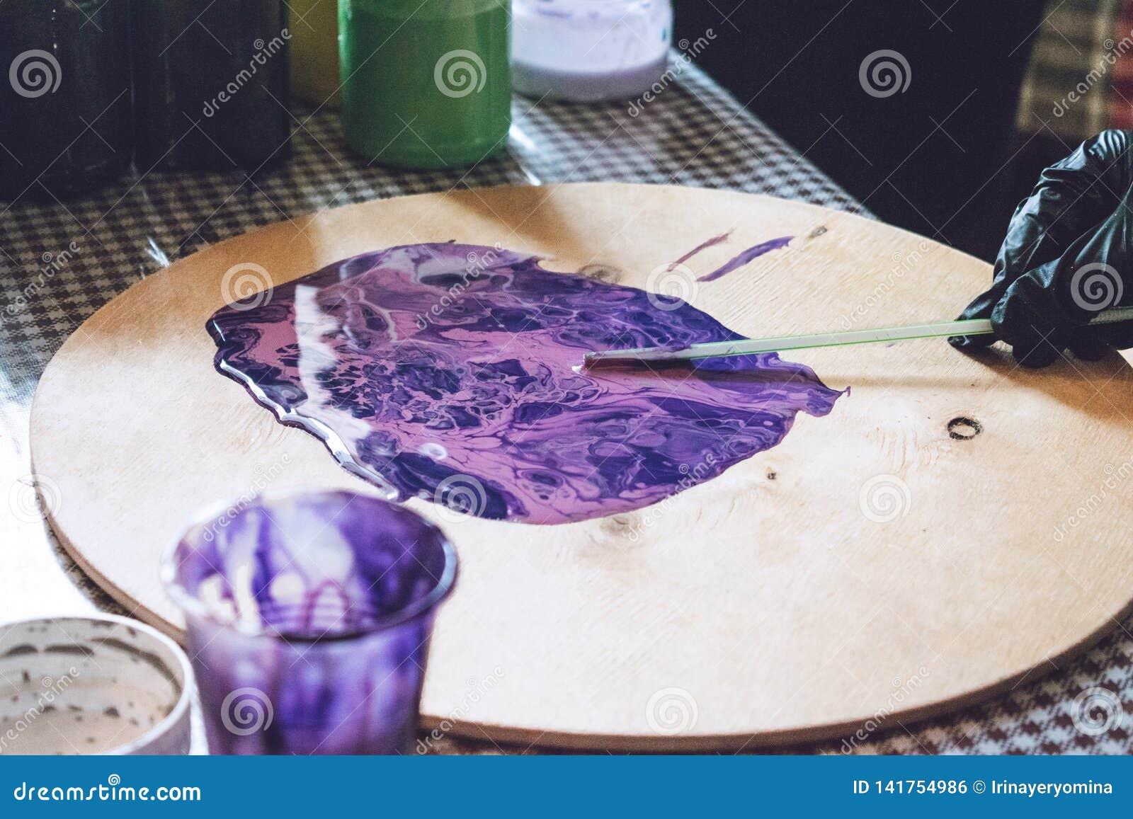 Flüssige Acrylwerkstatt Acrylparteihintergrund der flüssigen Kunst Strömende Acrylfarbe in Schale für Acryl gießen Malerei kreati