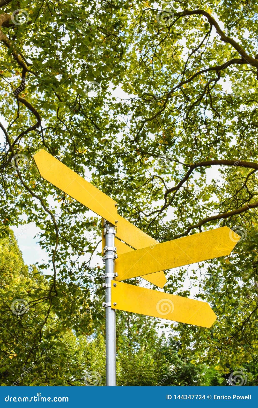 Flèches directionnelles vides jaunes sur le poteau indicateur