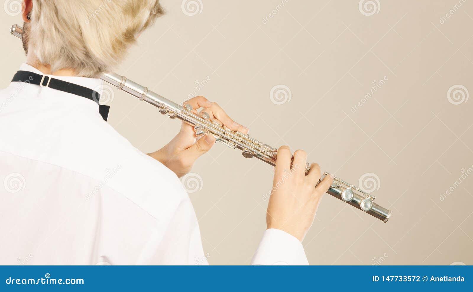 Fl?jtmusik som spelar fl?jtistmusikerakt?ren