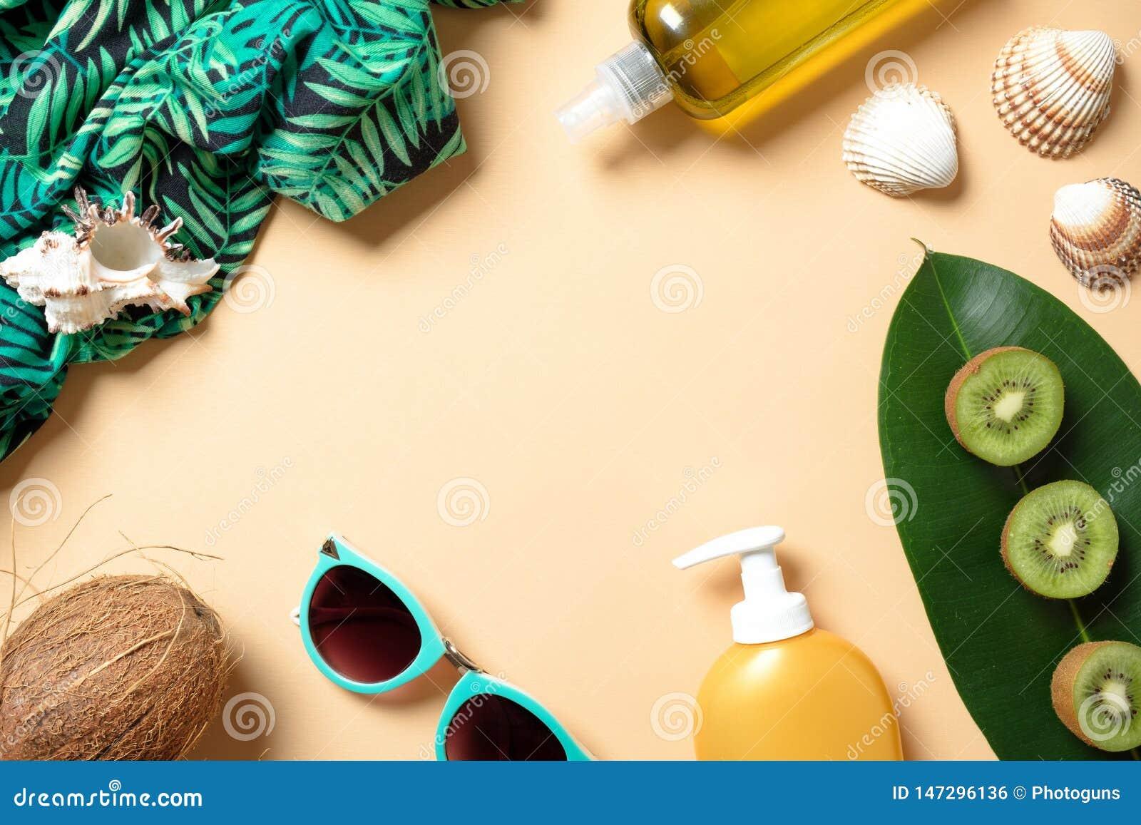 Flache gelegte Eleganzfrauensommer-Strandzusätze auf gelbem Hintergrund Feld mit weiblicher Kleidung und Material: Sonnenschutzmi