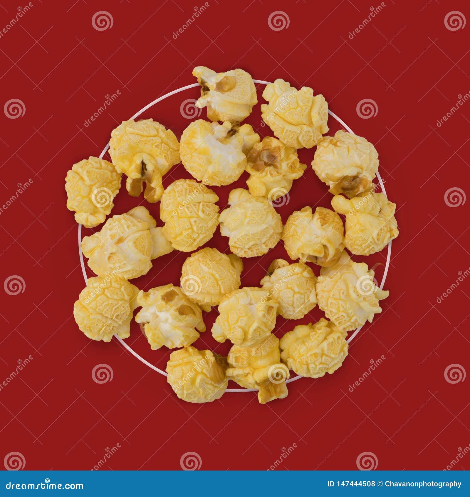 Flache gelegte Zusammensetzung des Popcorns auf Farbhintergrund moderne Art des Kinoimbiss-Konzeptes Kreative Fotografie Kopieren
