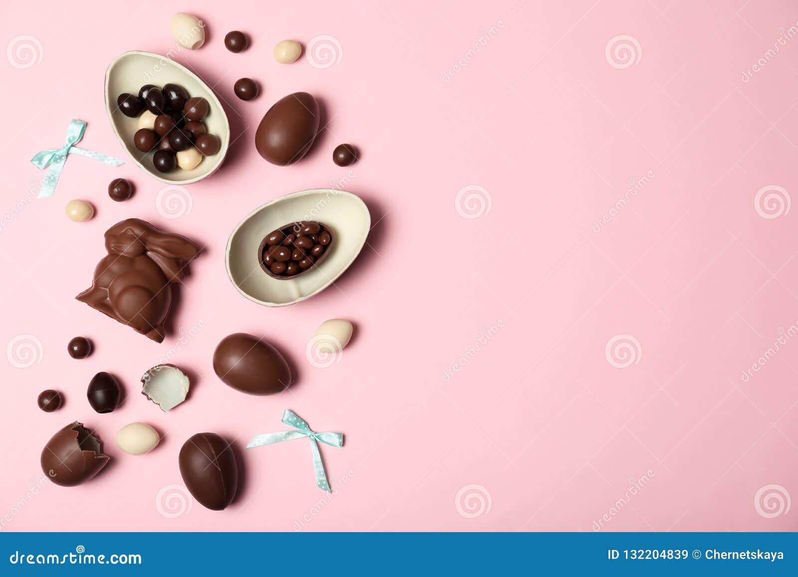 Flache gelegte Zusammensetzung mit Schokolade Ostereiern