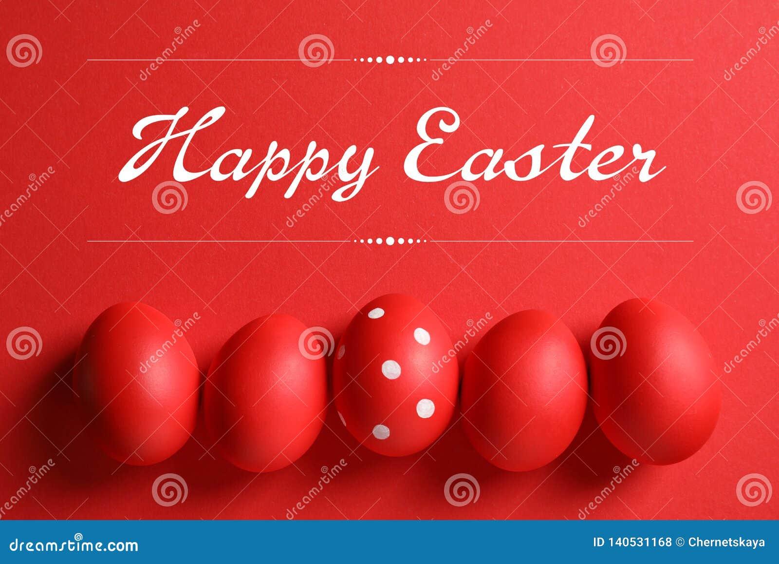 Flache gelegte Zusammensetzung von roten gemalten Eiern und von Text fröhliche Ostern