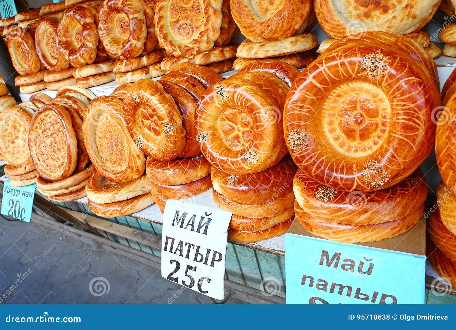 Flache Kuchen vom tandoor auf Marktzähler