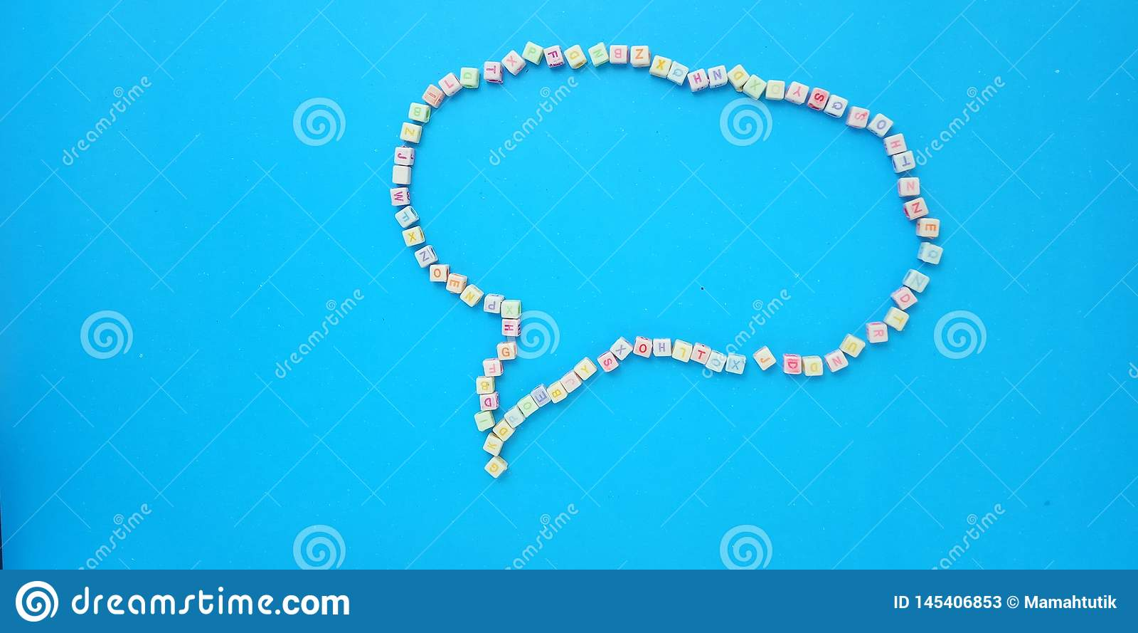 Flache Lage, blauer Hintergrund und Alphabet-Plastikw?rfel-Perlen-Element-Entwurfs-Blase plaudern Form f?r Mitteilung, Zitat, Inf