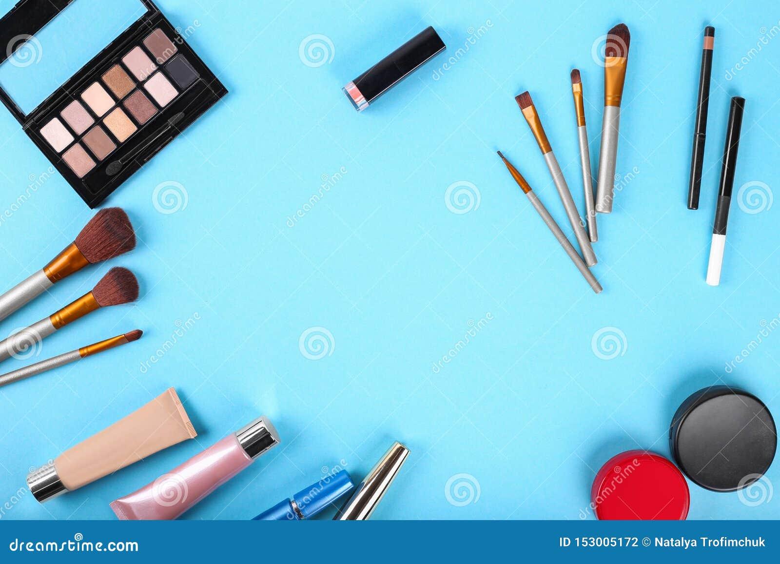 Flache Lage Palette von Schatten und von Make-upb?rsten Pulver, Abdeckstift, Leuchtmarker, Wimperntusche, Lippenstift