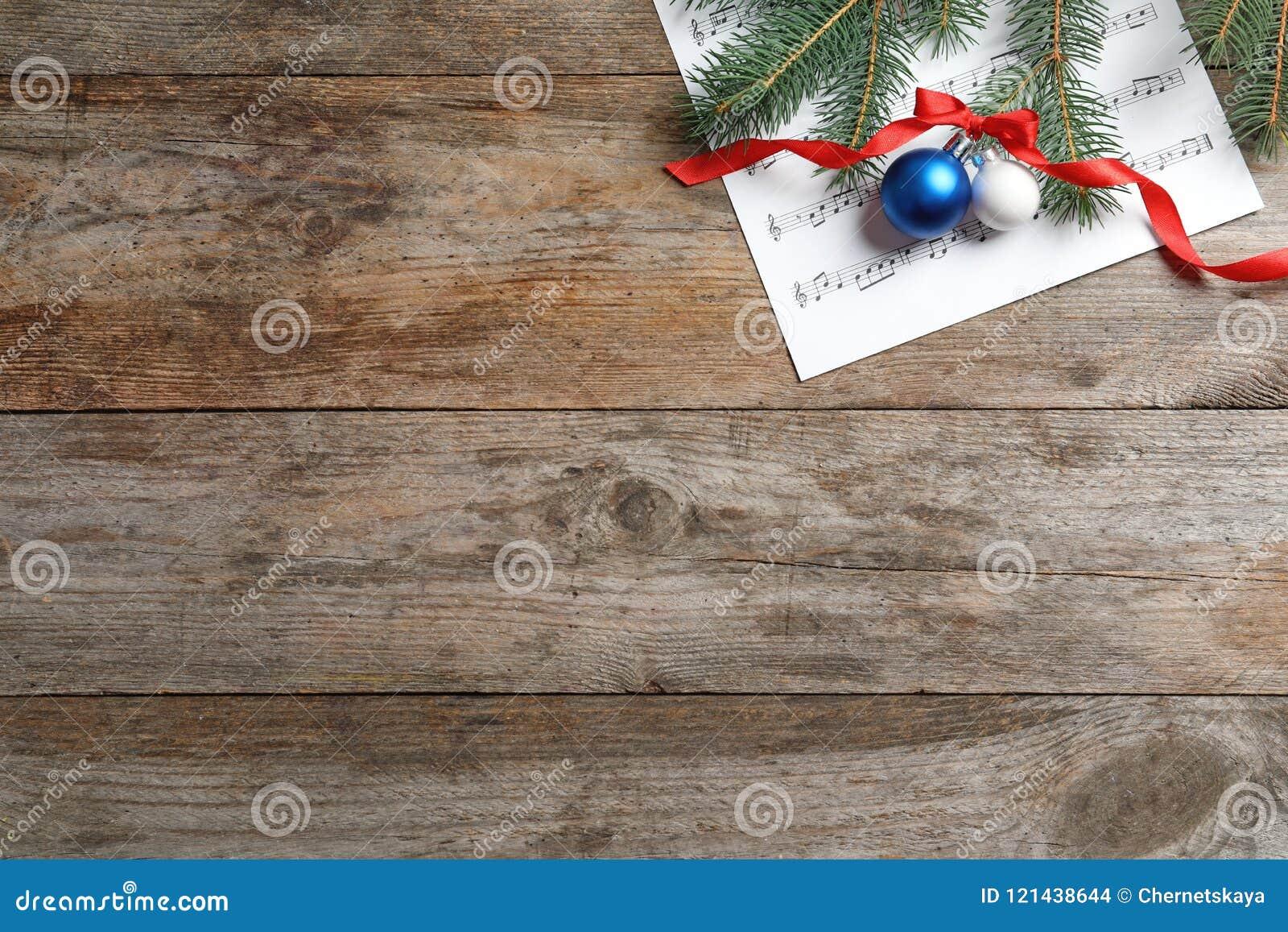 Flache Lagekomposition mit Weihnachtsdekorationen und Musikblatt