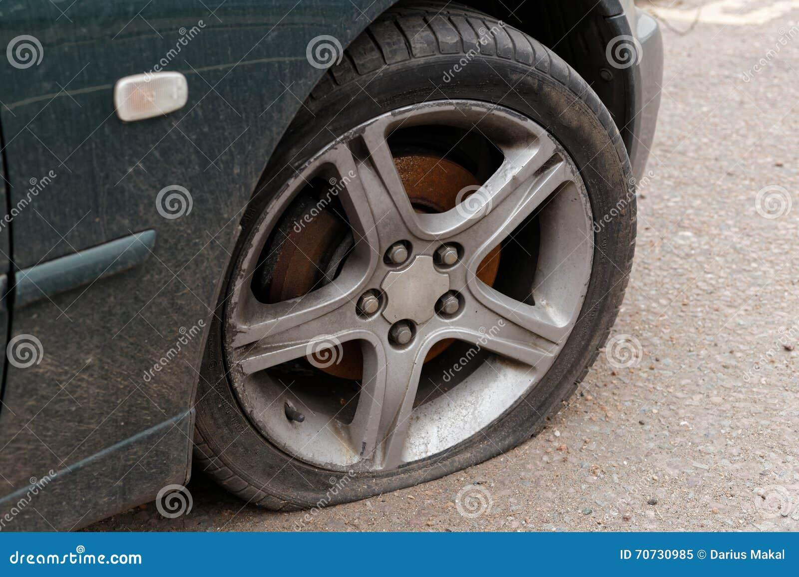 Flacher Reifen des Autos
