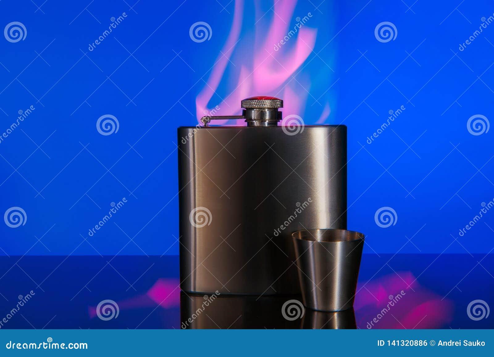 Flacon en métal pour les boissons alcoolisées fortes