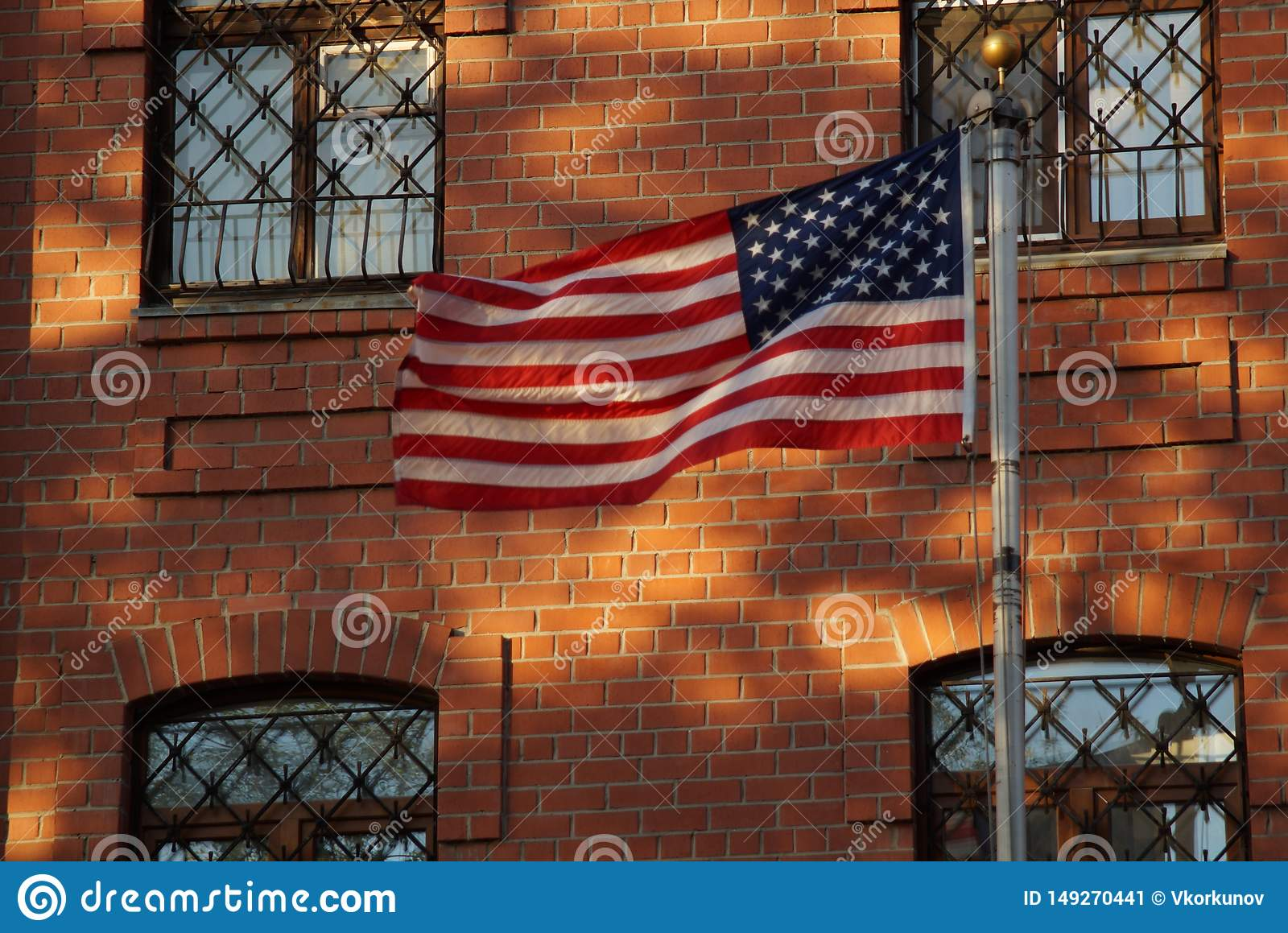 The flag is in harmony with the elements of the facade.