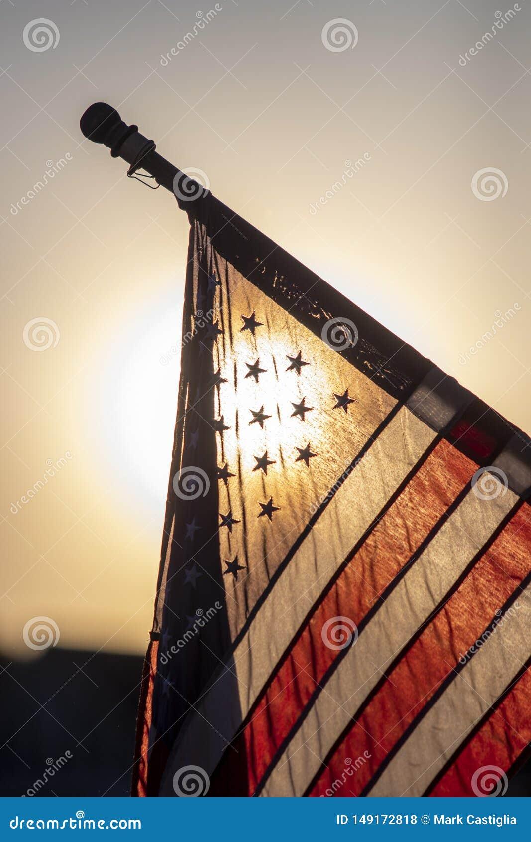 Flaga ameryka?ska backlit przy p??mrokiem