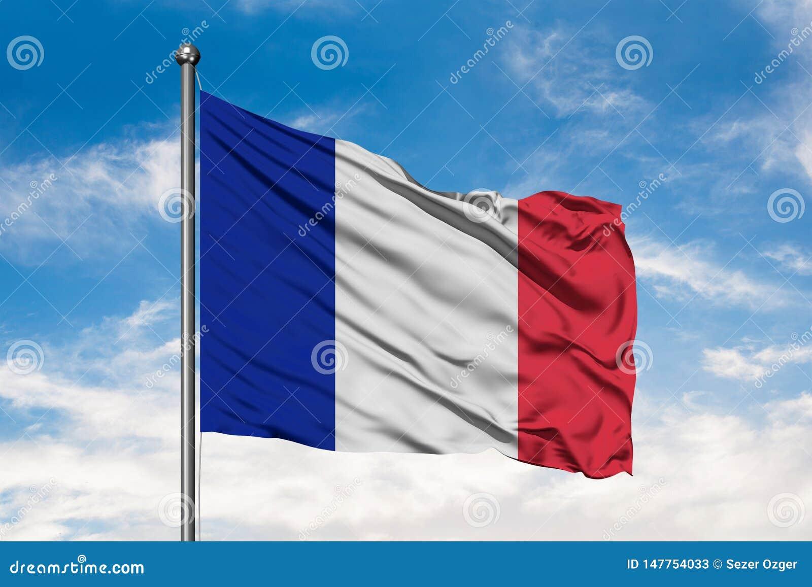 Flaga Francja falowanie w wiatrze przeciw białemu chmurnemu niebieskiemu niebu Francuz flaga