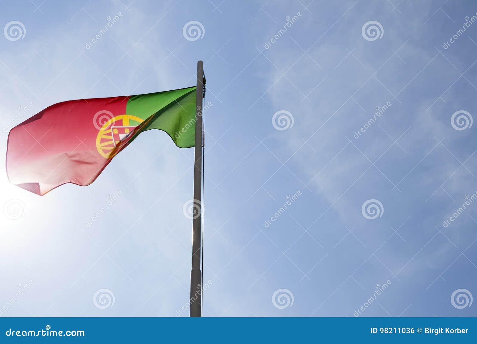 Flaga państowowa Portugalia na flagpole