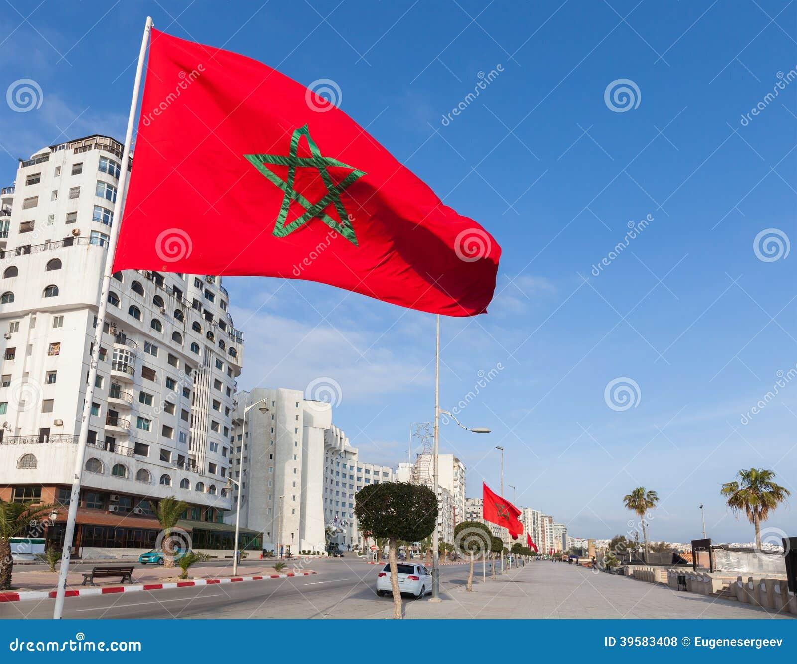 Flaga państowowa stoją wzdłuż alei w Tangier