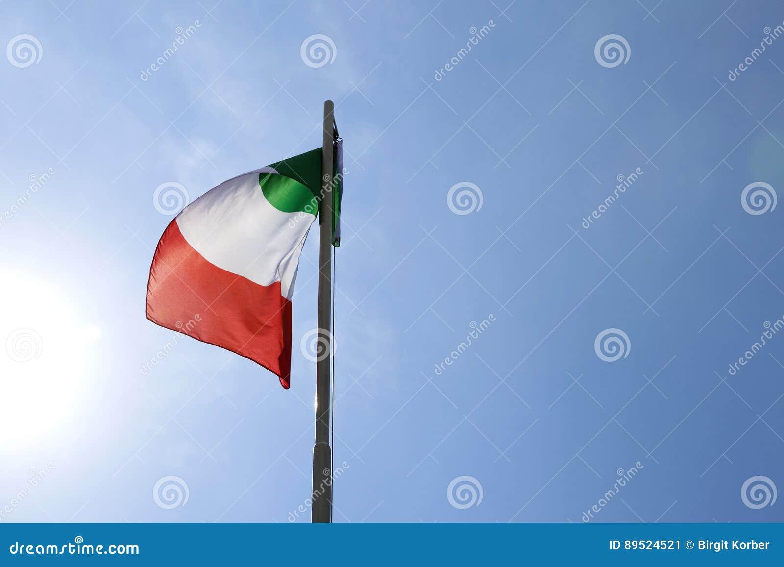 Flaga państowowa Włochy na flagpole