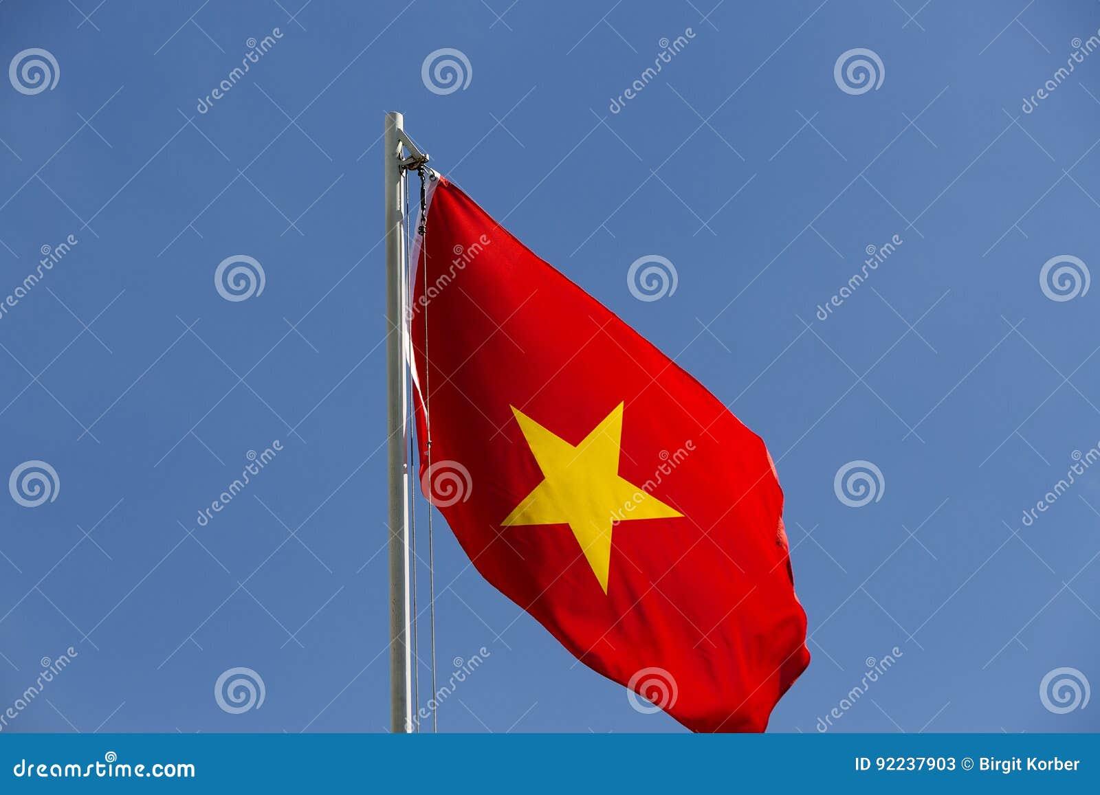Flaga państowowa Wietnam na flagpole