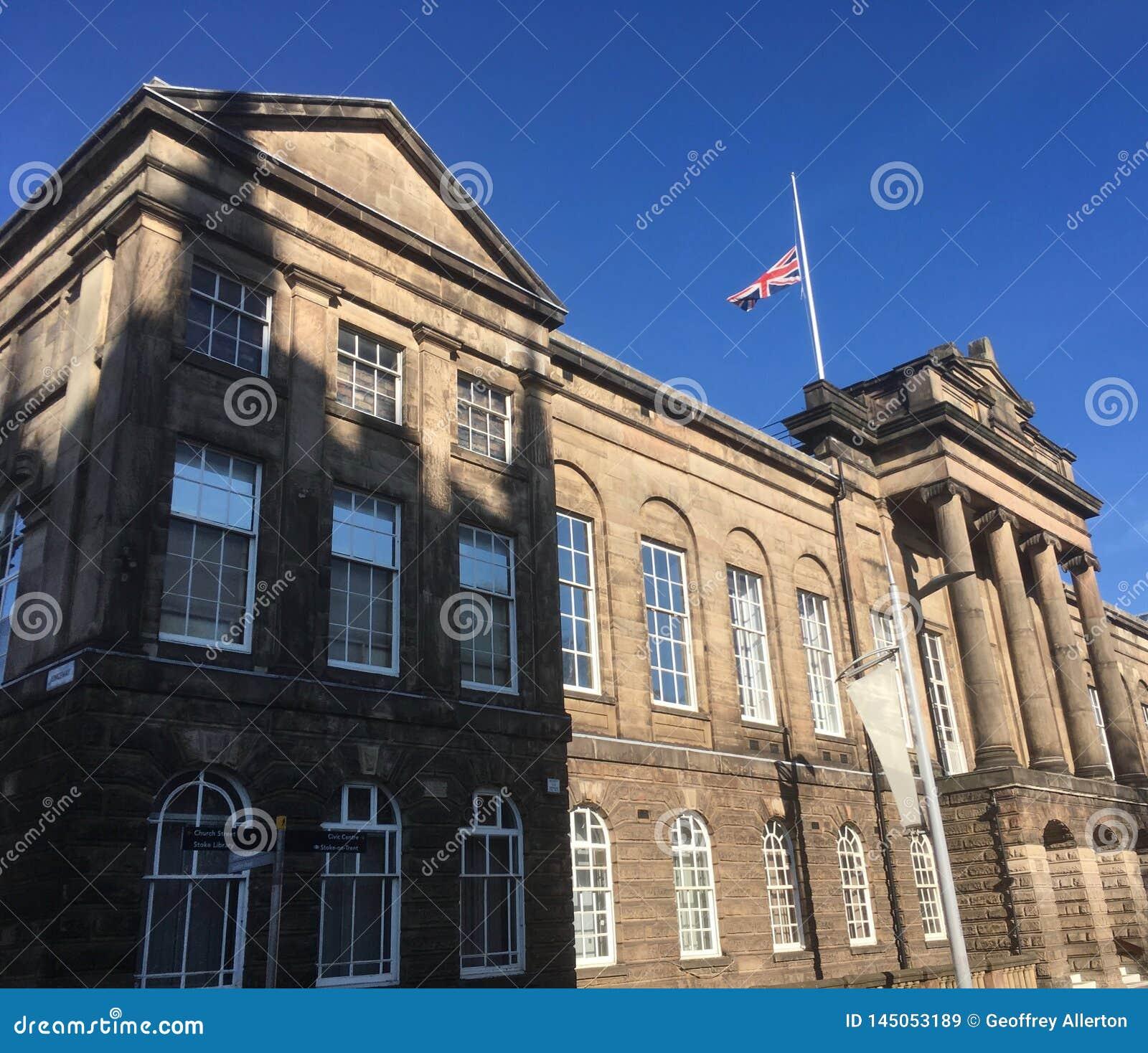 Flaga przy przyrodnim masztem na urząd miasta