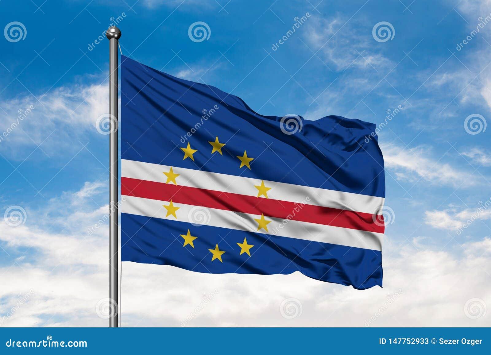 Flaga przylądka Verde wyspy macha w wiatrze przeciw białemu chmurnemu niebieskiemu niebu Przyl?dka Verdean flaga