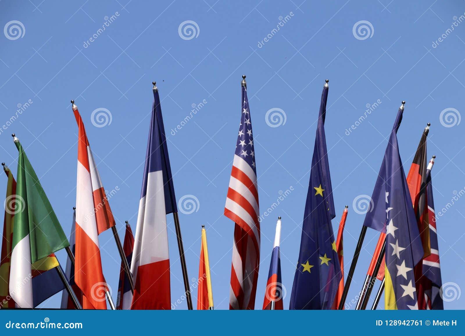 Flaga różnorodni kraje z niebieskim niebem jako tło