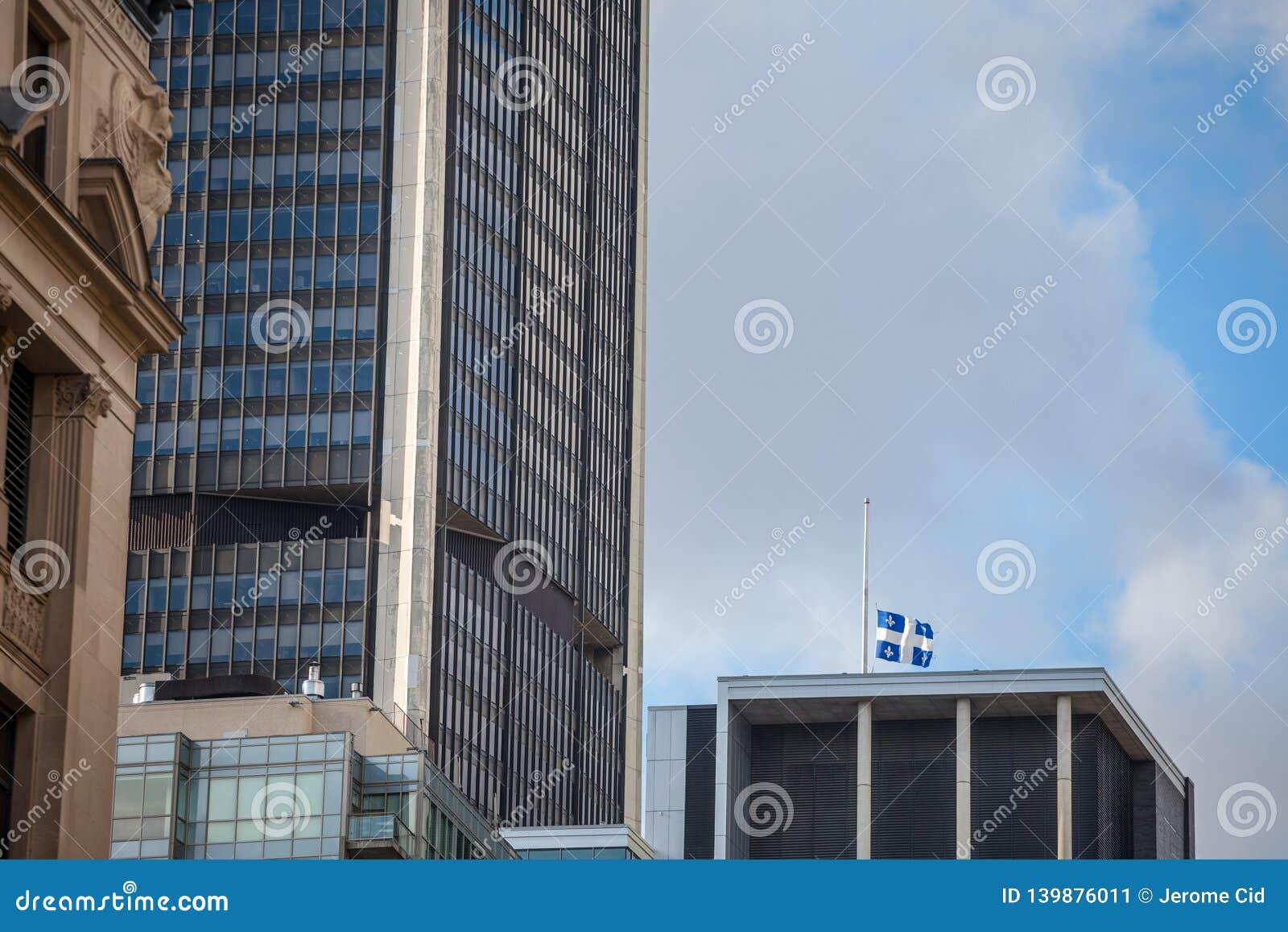 Flaga rezygnuje w Starym Montreal Quebec, Quebec, Kanada, otaczający nowożytnymi budynkami biurowymi i starymi drapacz chmur