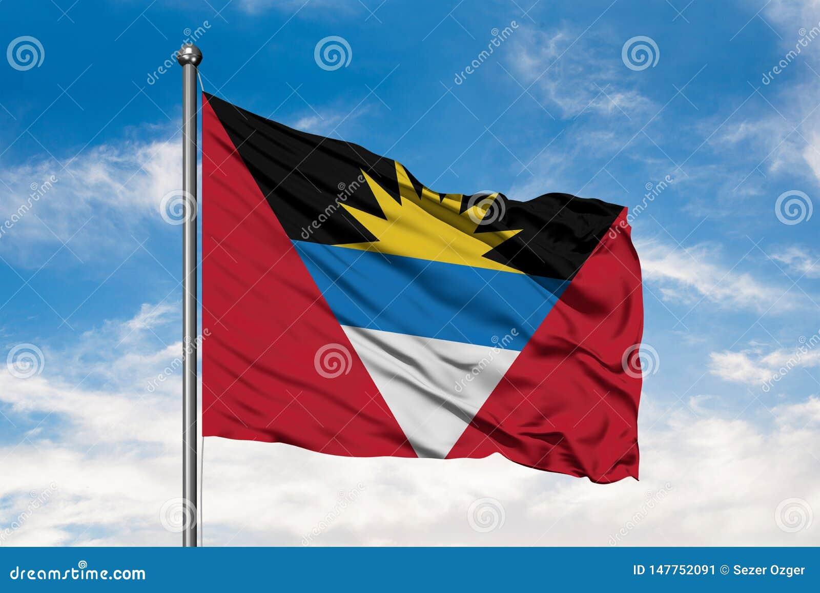 Flagga av Antigua ochen Barbuda som vinkar i vinden mot vit molnig blå himmel