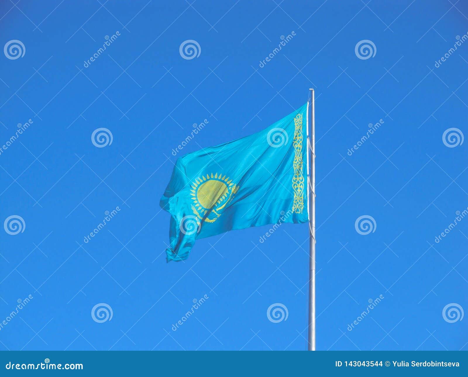 Flagga av den Kasakhstan republiken över blå himmel