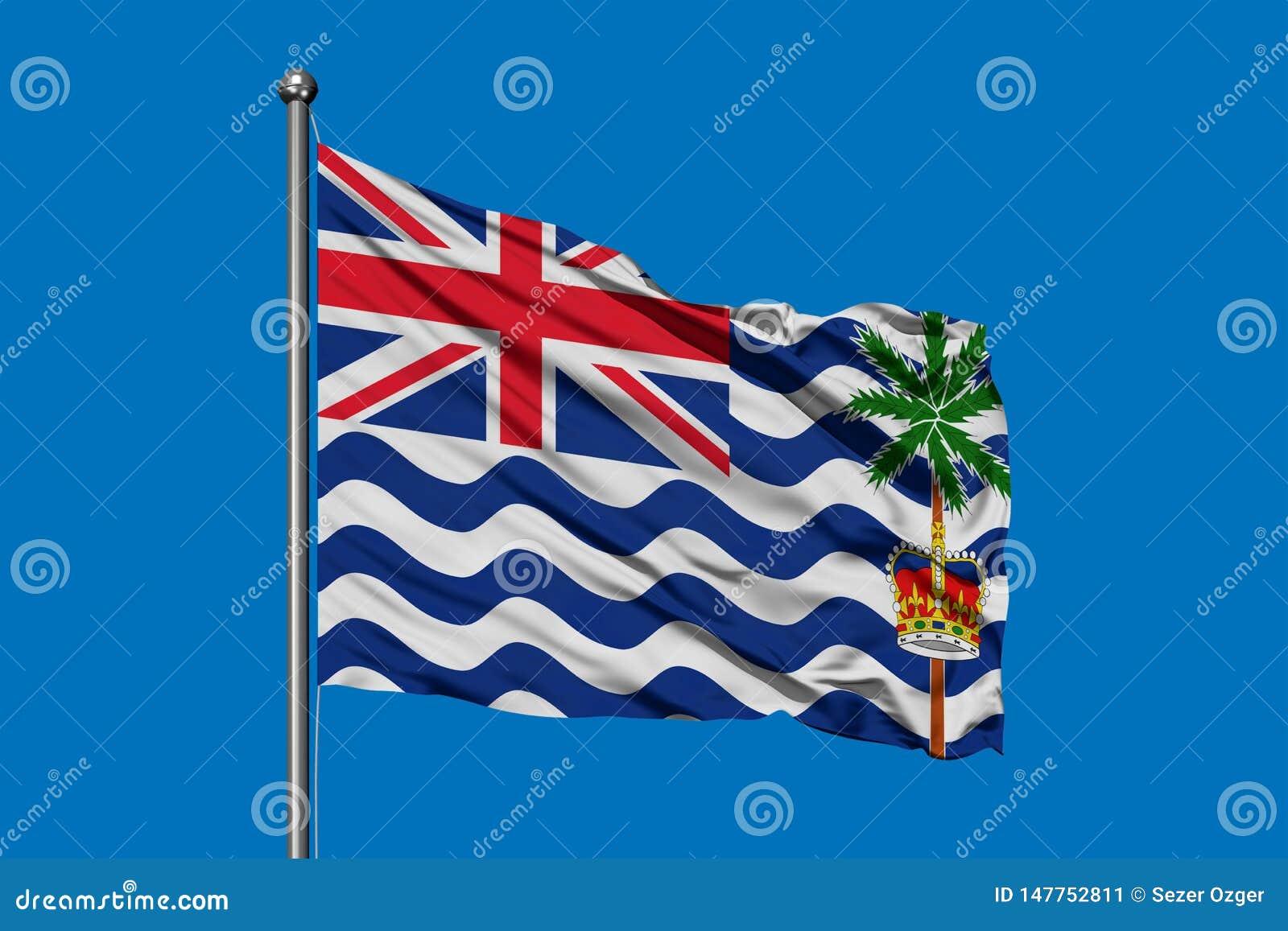 Flagga av det brittiska Indiska oceanenterritoriet som vinkar i vinden mot djupblå himmel