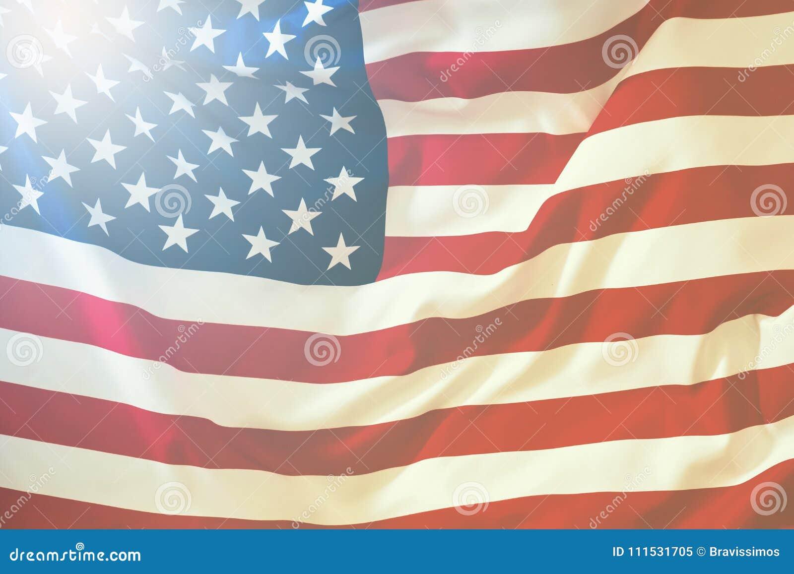 Flagga USA Amerikanska flaggan som blåser vind Närbild härlig för studiokvinna för par dans skjutit barn