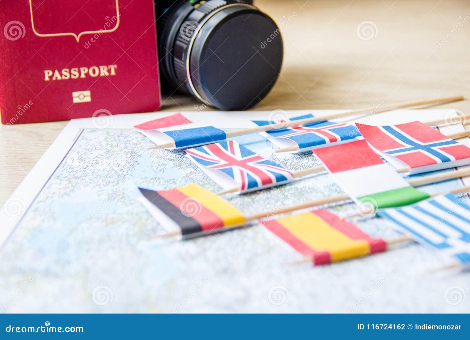 Flaggen auf Reise zeichnen, Kamera, Passnahaufnahme auf Reisezielplanungskonzept