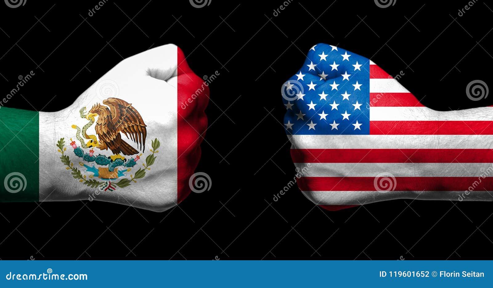 Flaggen von Mexiko und von Vereinigten Staaten gemalt auf zwei geballten Fäusten, die auf schwarzem Hintergrund/Beziehungen Mexik